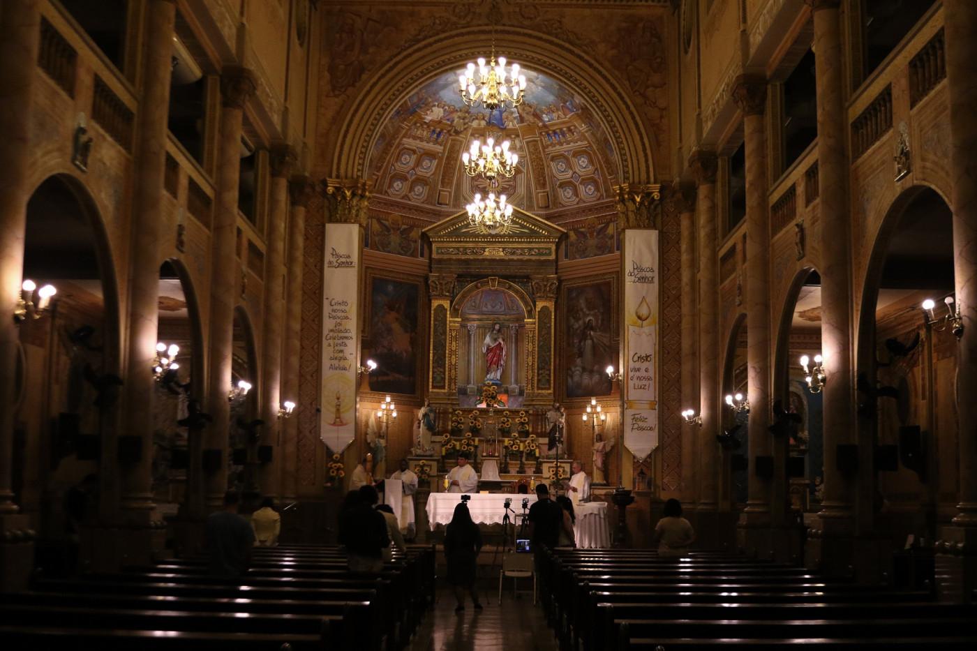 Cerimônia religiosa dentro de igreja
