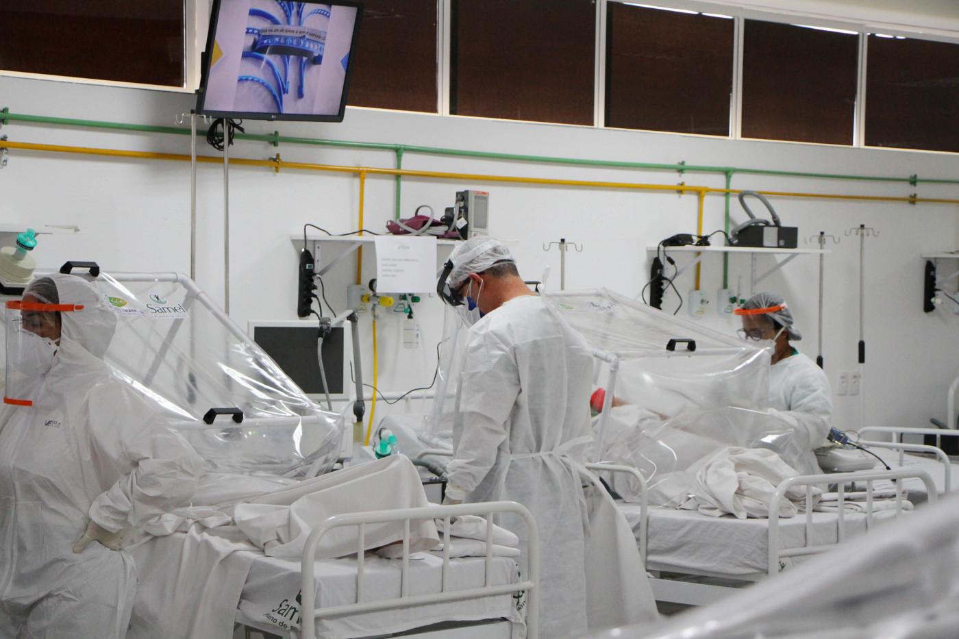 Médicos com pessoas isoladas em UTIs