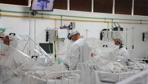 Enquanto Bolsonaro não se curva diante da pandemia, brasileiros ficam de joelhos por um leito de UTI