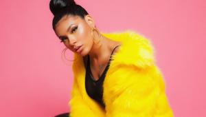 Pocah posa de casaco amarelo