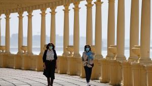 Pessoas caminham em Portugal