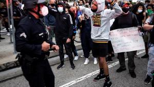 Motorista atropela manifestantes e mata uma mulher nos EUA