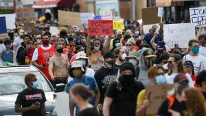 Morte de homem negro em abordagem policial gera protesto nos EUA