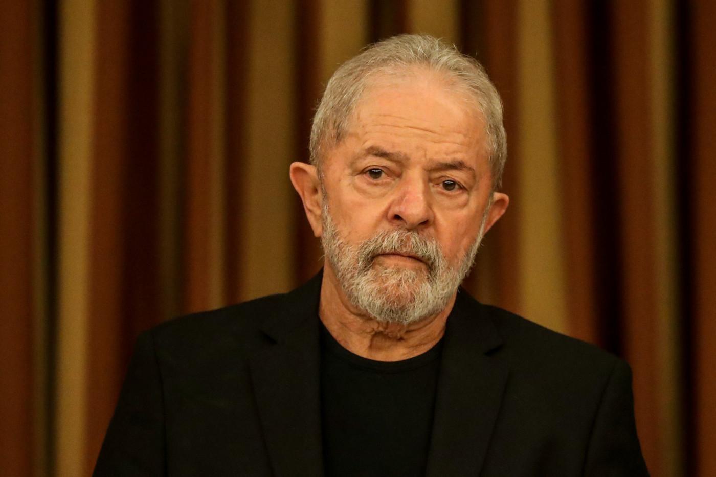 Ex-presidente Lula posa sério e de roupa preta
