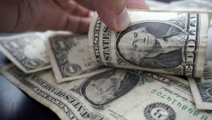 Em novo dia de queda, dólar fecha a R$ 5,35
