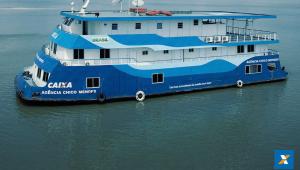 Populações ribeirinhas recebem auxílio em agências-barco da Caixa