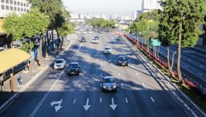 carros passando em estrada