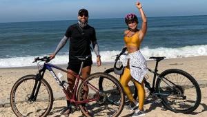 Diego Ribas, do Flamengo, é criticado por furar quarentena para pedalar na praia