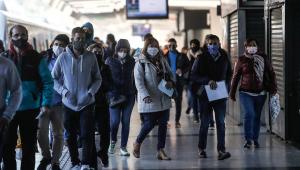 Para OMS, coronavírus aproveita que mundo está cansado da pandemia e se espalha com velocidade