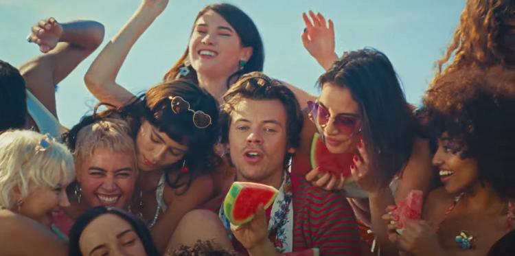 'Watermelon Sugar': Harry Styles lança clipe colorido cantando em praia; veja