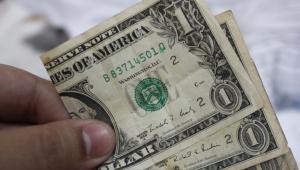 Após cinco dias, dólar cai e fecha acima de R$ 5,40