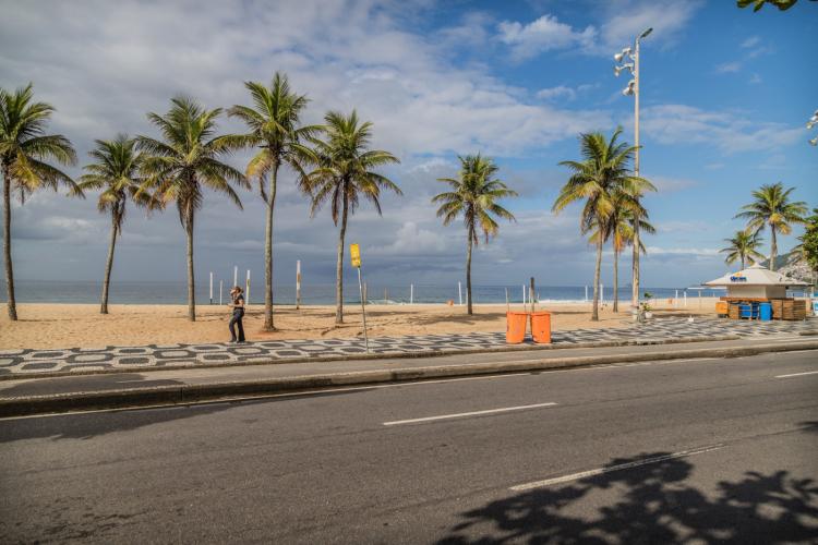 praias calcadao e ruas parcialmente vazias no rio de janeiro First case in February and peak in July: recall the advancement of Covid-19 in Brazil - Prime Time Zone