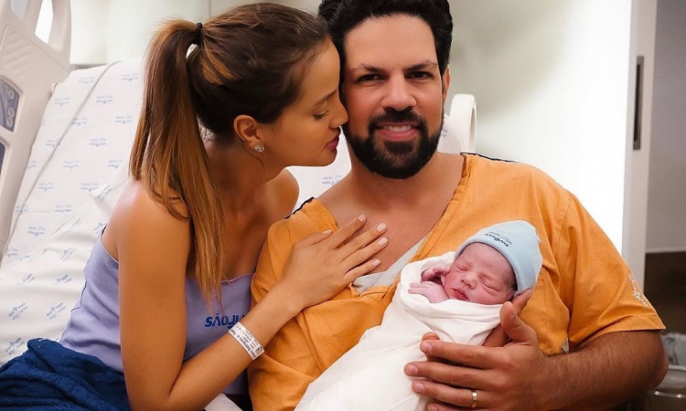 Cantor Sorocaba anuncia nascimento de primeiro filho com Biah Rodriguez