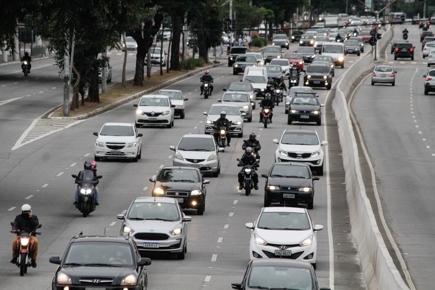 Trânsito de veículos na Avenida Prestes Maia, na região central de São Paulo, na manhã desta sexta-feira (15)