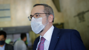 Abraham Weintraub, ex-ministro da Educação, usando máscara