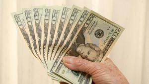 Dólar começa semana em queda com mercado à espera da definição da taxa de juros e dos avanços na reforma tributária