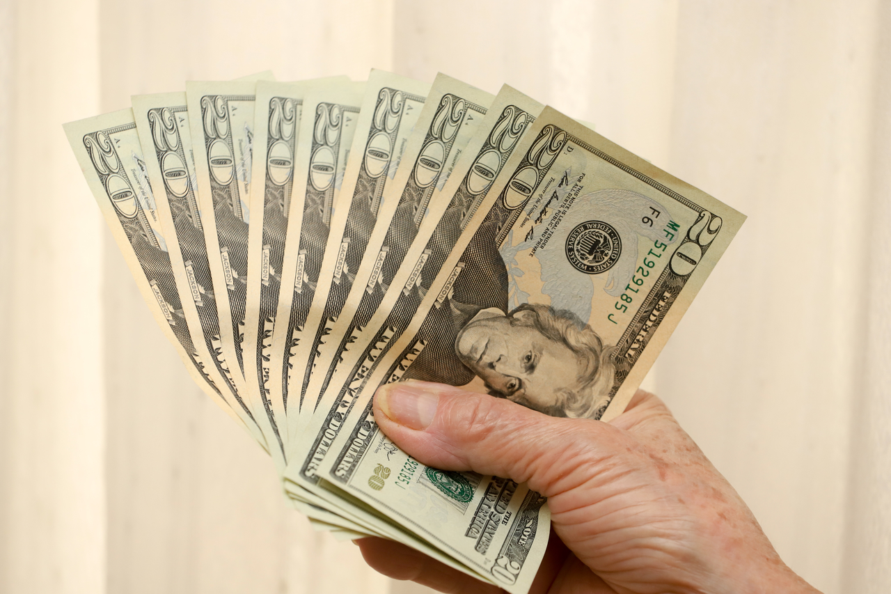 Dólar abre semana em queda com investidores atentos aos desdobramentos em Brasília