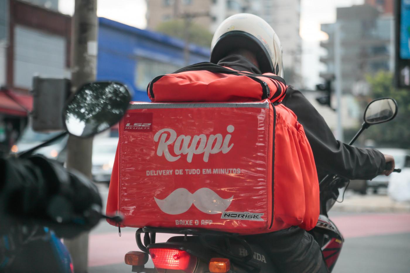 motoqueiro com bolsa da rappi