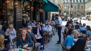 Vídeo: bares e cafés ficam lotados em 1º dia de reabertura em Paris