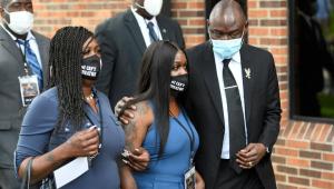 Em 10º dia de protestos, familiares homenageiam George Floyd durante funeral