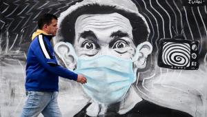 homem caminha nas ruas do Uruguai