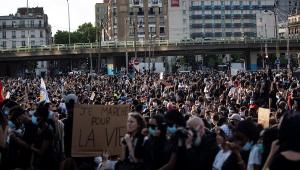 Paris tem madrugada com tumultos e detenções em protestos contra a violência policial