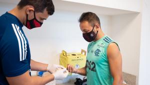 Elenco e comissão técnica do Flamengo testam negativo para Covid-19