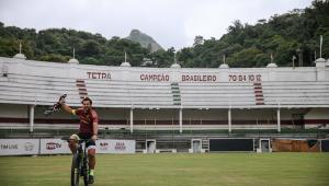 Fred chega ao RJ de bicicleta para assinar contrato com o Fluminense