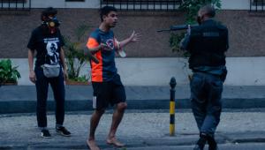 RJ: PM que apontou fuzil para manifestante responderá por 'ter ferido protocolo'
