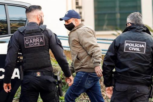 Polícia faz buscas em casa de parentes de Queiroz; mulher de ex-assessor está foragida