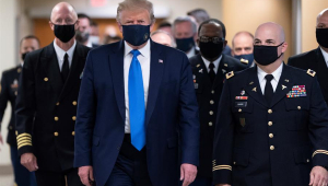 Trump usa máscara em público pela primeira vez