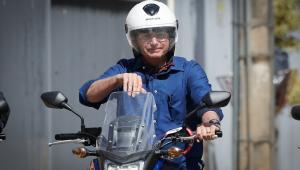 Bolsonaro e Ramos fazem passeio de moto em Brasília