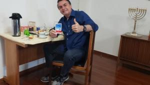 ES: Após notificação, outdoor que tinha Bolsonaro como garoto-propaganda da cloroquina é retirado