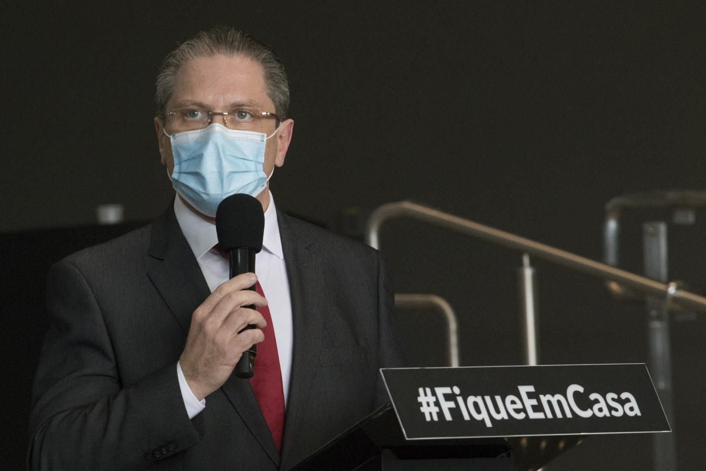 O secretário de Saúde, Jean Gorinchteyn, falando ao microfone durante coletiva de imprensa