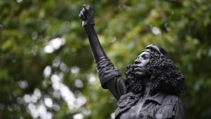 Prefeitura de Bristol remove estátua de manifestante erguida no lugar de Edward Colston