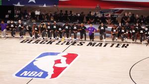 NBA volta com protesto anti-racismo, e ídolo avisa: 'Quem não se ajoelhar não é vilão'