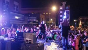 Banda envolvida em incêndio de boate faz show para público aglomerado e sem máscaras