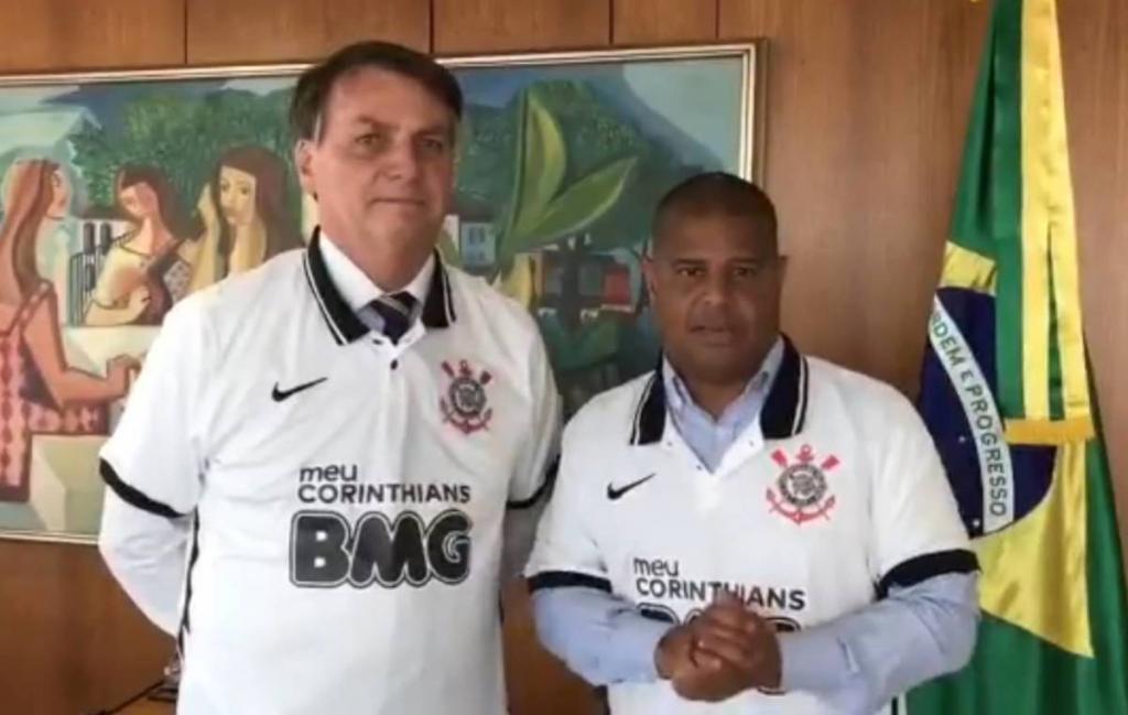 Não caiu bem! Torcedores se revoltam com Marcelinho após Bolsonaro usar camisa do Corinthians; veja reações