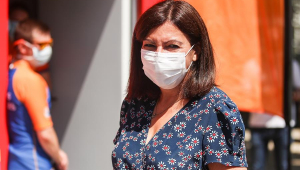 Mulher usando máscara branca de proteção