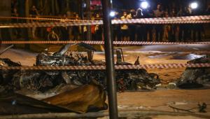 Avião de pequeno porte cai e pega fogo em avenida de São Paulo