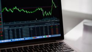 Ibovespa encosta nos 110 mil pontos e renova máxima de fevereiro; dólar cai