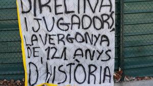 Torcedores protestam no CT do Barcelona após vexame na Champions