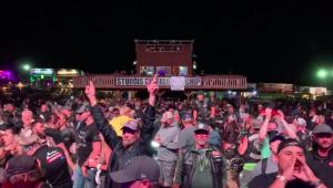 Sem máscaras, motociclistas se aglomeram em show do Smash Mouth nos EUA