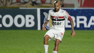 Daniel Alves durante partida do São Paulo