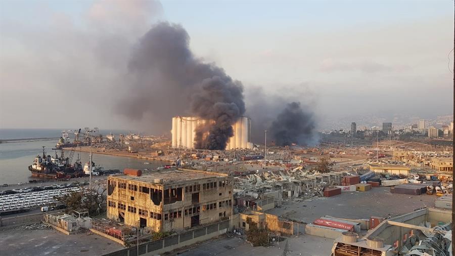 Explosão deixou rastro de destruição em região portuária de Beirute nesta terça-feira, 4