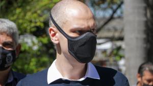 O prefeito Bruno Covas de máscara na rua