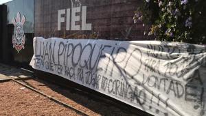 Torcedores do Corinthians protestam contra Luan no CT: 'Pipoqueiro'