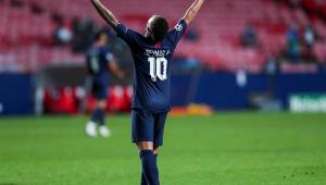 Neymar de costas com a camisa 10 comemorando um gol