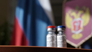 Mesmo sem concluir teste, Rússia inicia aplicação de vacina