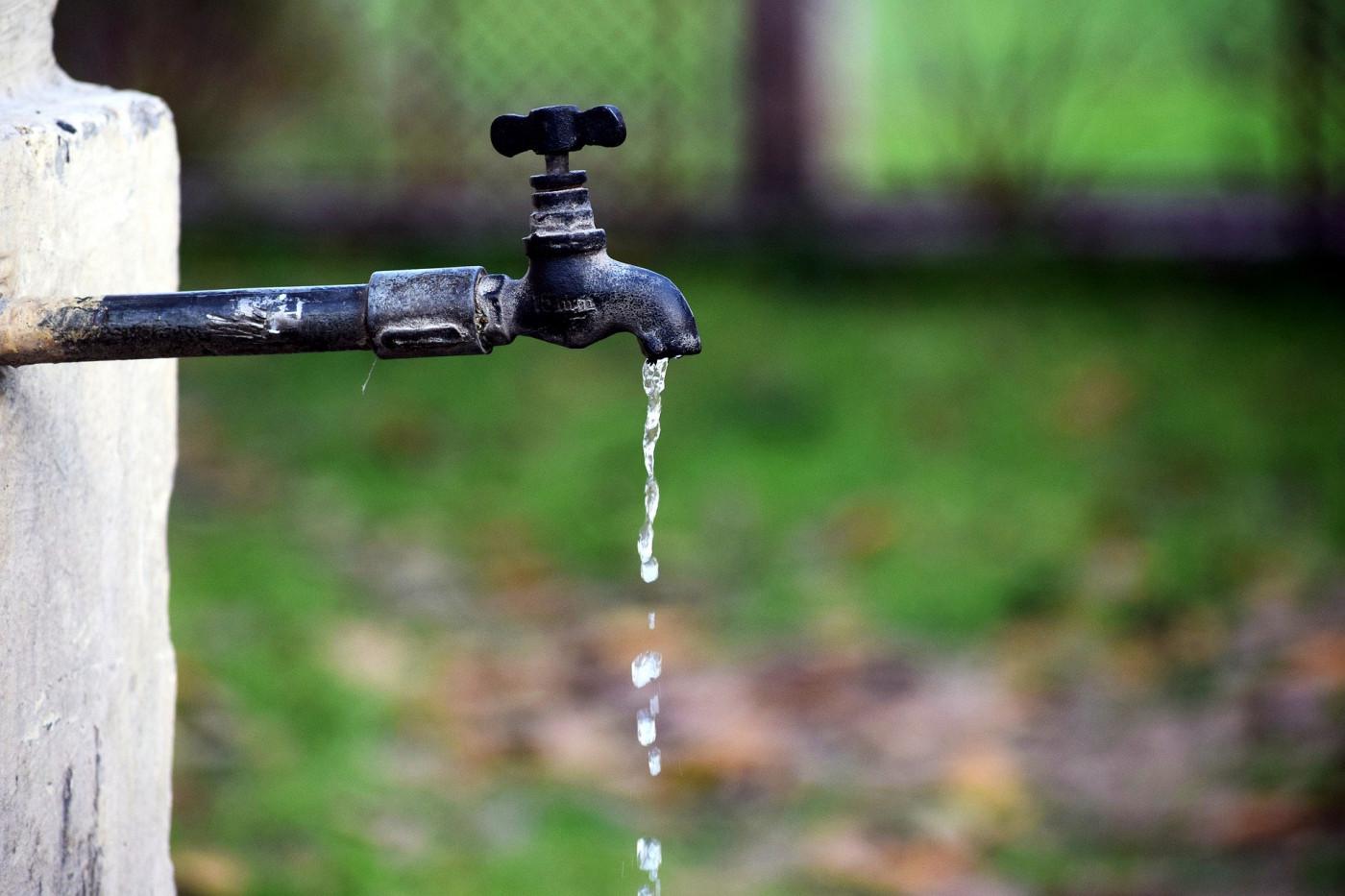 Torneira pingando água